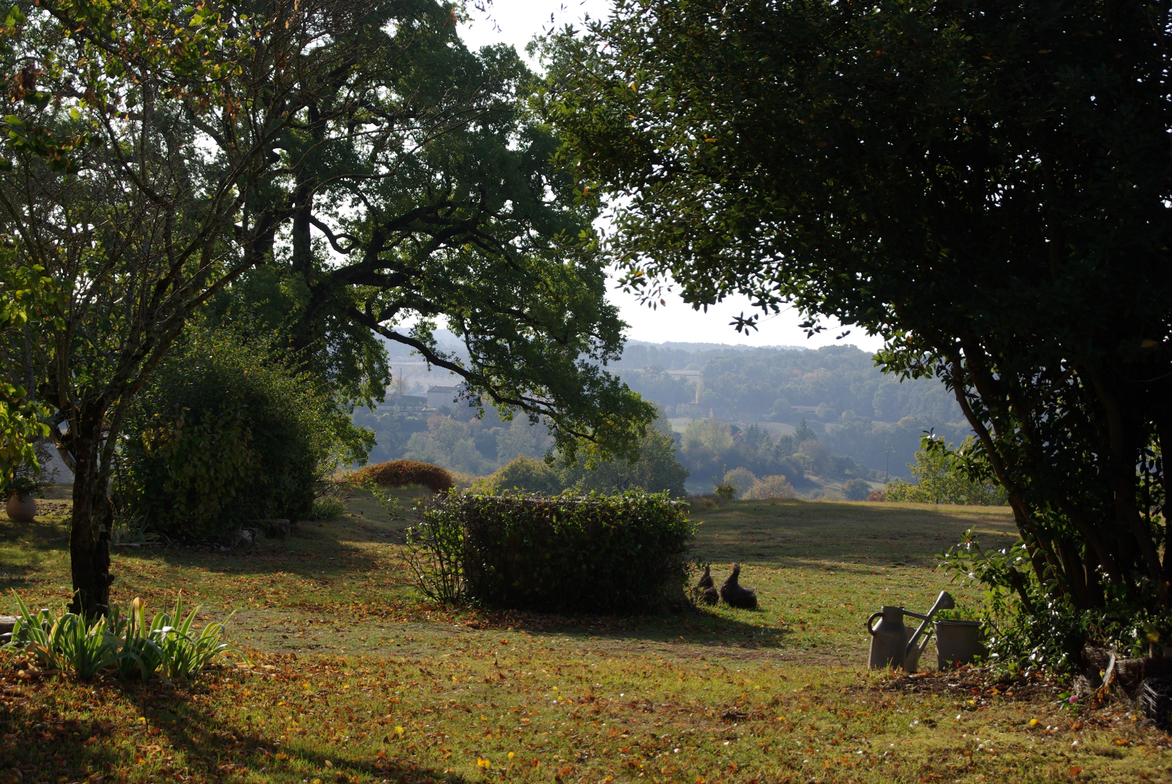 Les feuilles mortes se ramassent à la pelle dans les jardins de la Bigotie…